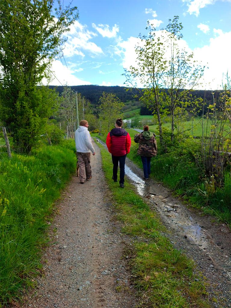 Marine, Nathanaël et Vincent sur le chemin menant à l'exploitation de la ferme du phaux