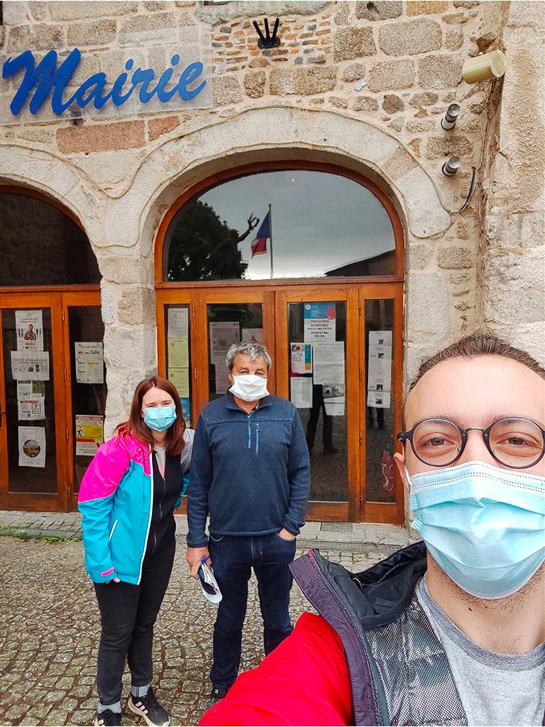 Cécile et Vincent avec M. Denis Tamain, Maire de Noirétable